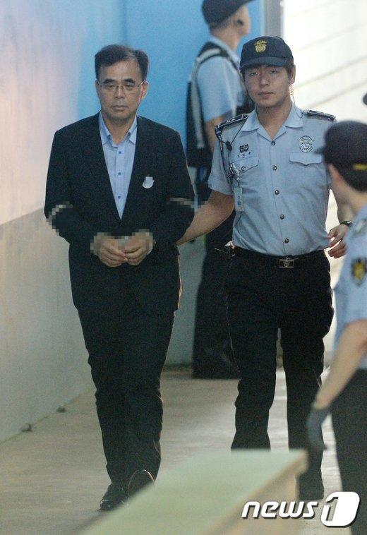 [사진]법정 향하는 김종 전 차관