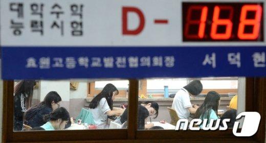 경기 수원시 영통구 효원고등학교  3학년 학생들이 지난달 1일 오전 수능 6월 모의평가를 치르고 있다. /뉴스1 © News1 오장환 기자