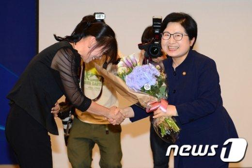 [사진]취임 꽃다발 전달받는 정현백 신임 여가부장관