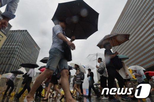 [사진]'우산 쓴 퇴근길'