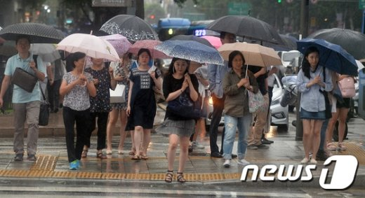 [사진]'우산 쓰고 엉금엉금'