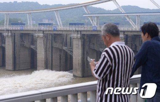 [사진]팔당댐 수위 조절 시작