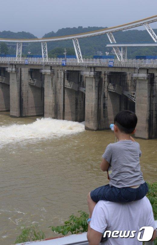 [사진]한강 상류 팔당댐 초당 600톤 정도 방류