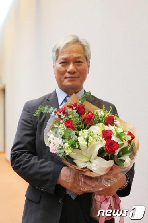 [사진]취임 꽃다발 든 배기동 국립중앙박물관장