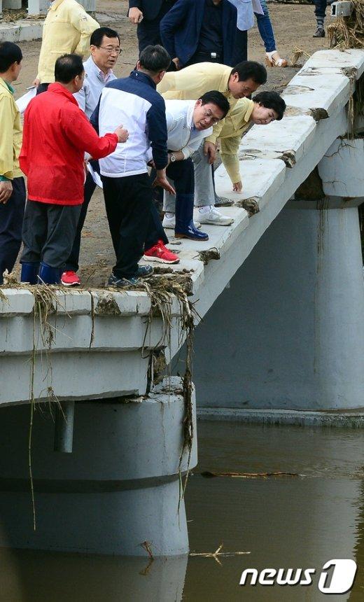 [사진]무너진 다리 살펴보는 정우택 원내대표와 당직자들