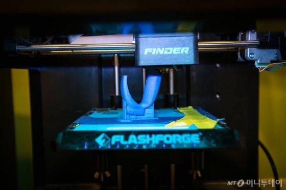 디자인 설계를 마친 3D 모델링 파일을 gcode로 변환해 출력 작업이 한창인 3D 프린터/사진=이우기/사진제공=서울시사회적경제지원센터