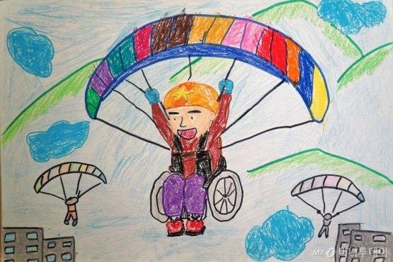 행글라이더를 타고 하늘을 날고 싶어하는 마음을 표현한 요한군 그림/사진=문윤희