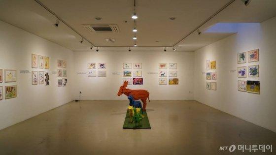 그림형제의 동화 '브레맨음악대'를 주제로 보조기구를 활용해 장애 아동이 그린 그림 전시회/사진제공=그립플레이