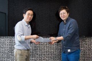 지은성 오젬 대표(사진 오른쪽)와 이선우 서울쇼룸 대표가 서울쇼룸 본사에서 협약식을 갖고 있다/사진제공=오젬