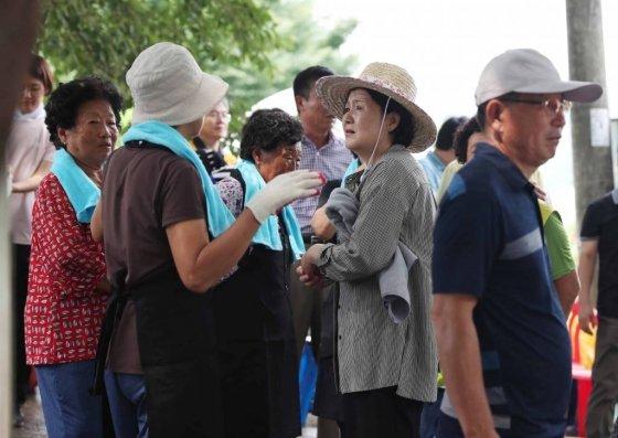 김정숙 여사가 침수 피해를 입은 청주 주민들과 대화를 나누고 있다 /사진=뉴시스