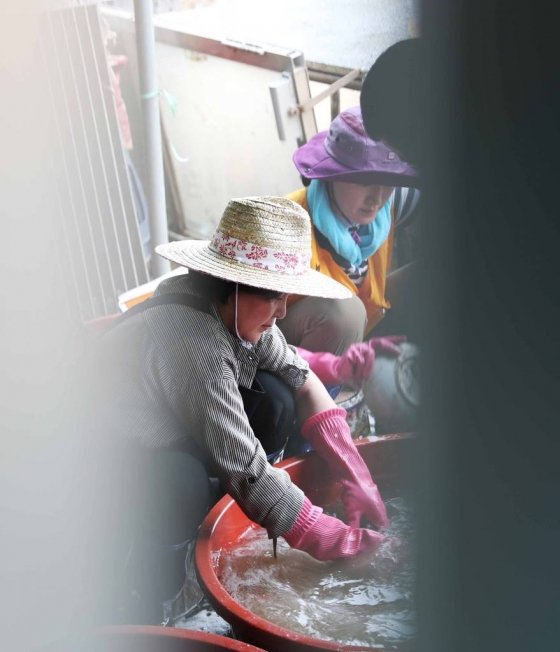 김정숙 여사가 폭우 피해로 젖은 가재도구를 정리하고 있다 /사진=뉴시스