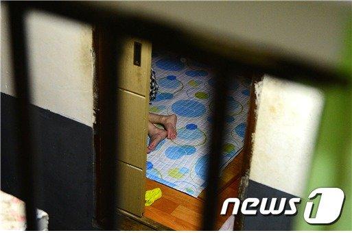 국가인궝위원회의 '2017 인권공모전' 미디어 부문 사진 대상작 에너지 '빈곤층 쪽방촌의 삶' 중 첫번째 사진. (인권위 제공) © News1
