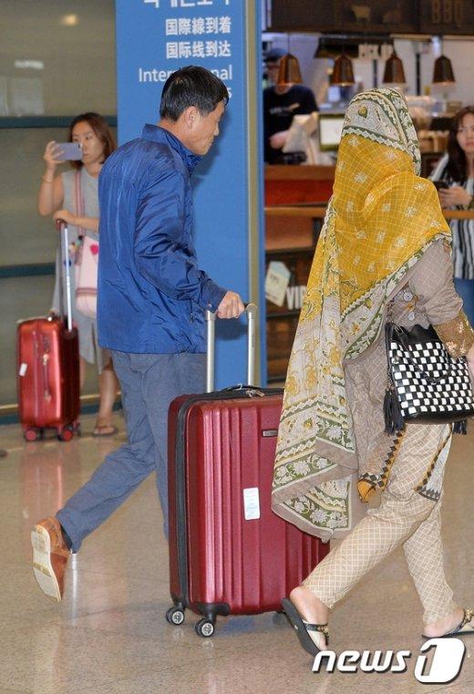 [사진]박한범 도의원 '유유히 공항 탈출'