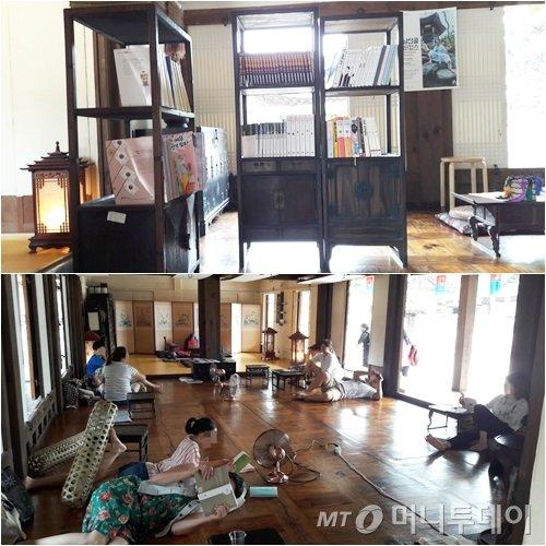 22일 오후 4시쯤 남산한옥마을 민씨 가옥에 마련된 한옥만화방에서 어린 아이와 부모들이 책을 읽고 있다./ 사진=이영민 기자
