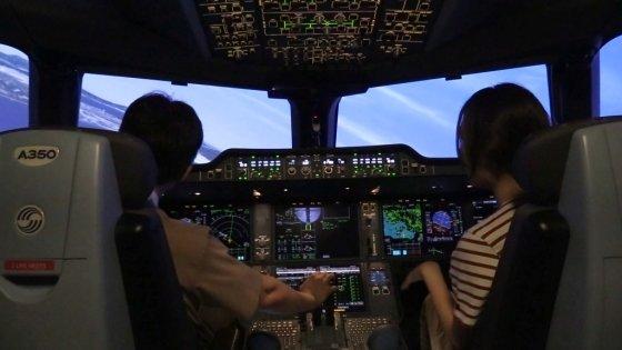 최현욱 아시아나 기장(왼쪽)과 한지연기자가 시뮬레이터 체험 중이다./사진=박광범기자