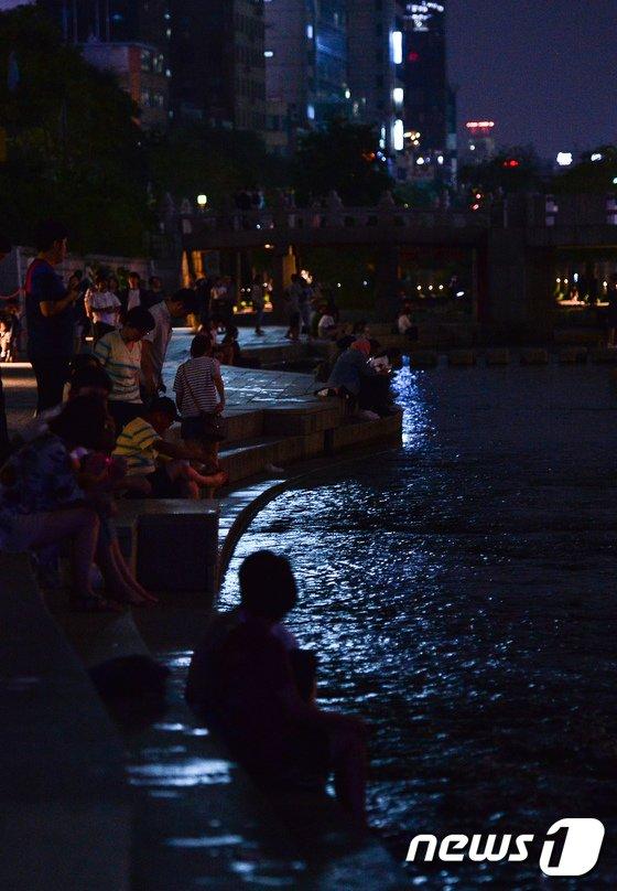 [사진]열대야로 깊어가는 도심의 밤