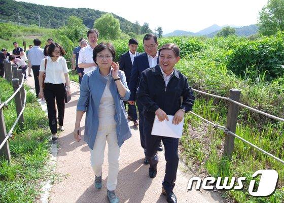 [사진]김은경 환경장관, 화포천 생태복원 현장 방문