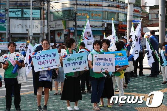 [사진]'대한민국의 힘! 태극기 달기 입니다'