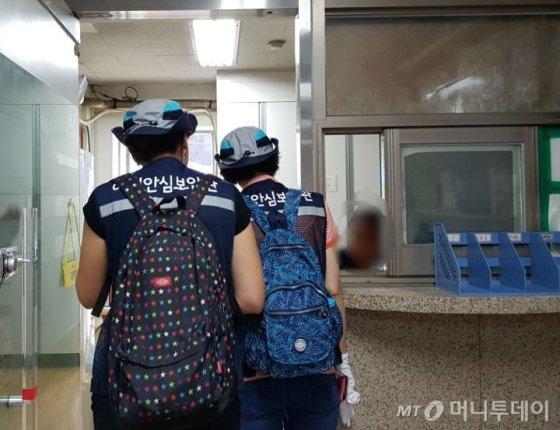 광진구청 소속 여성안심보안관들이 빌딩 관리자에게 점검 협조 요청을 하고 있다. /사진=이재은 기자