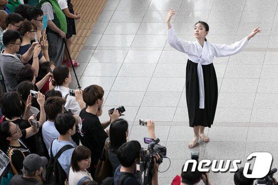 [사진]세계 위안부의 날, '소녀의 한 서린 춤사위'