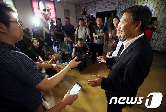 [사진]광복절 앞두고 서대문형무소 찾은 '안창호 손자'