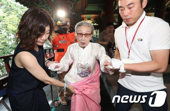 [사진]광복절 기념타종 마친 김복동 할머니
