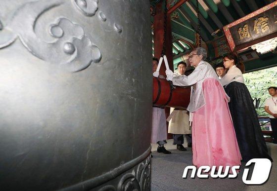 [사진]광복절 기념 타종하는 김복동 할머니