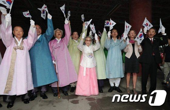 [사진]김복동 할머니 '광복을 기억하며'