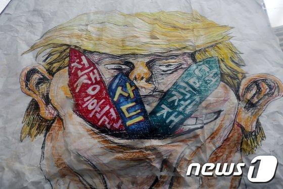 [사진]광화문광장에 나타는 트럼프 美대통령 풍자그림