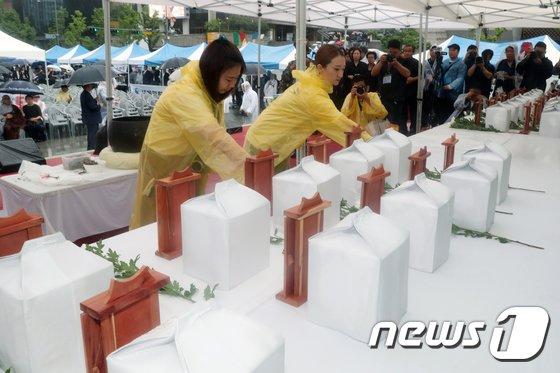 [사진]조선인 징용 희생자에게 헌화 하는 재일동포