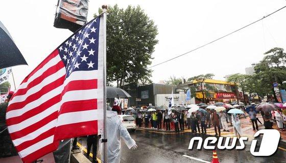 [사진]빗속의 보수단체 회원들 '박근혜 전 대통령 석방 촉구'