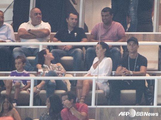 경기를 관람하고 있는 호날두(오른쪽) /AFPBBNews=뉴스1