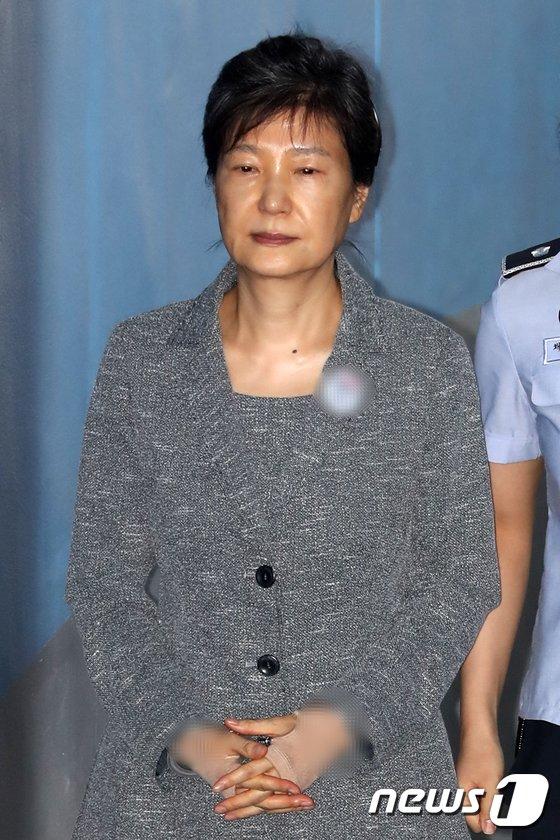 [사진]옷 바뀐 박근혜 전 대통령