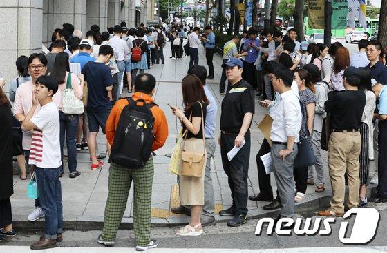 [사진]'문재인 대통령 취임 100일 기념우표 구입 행렬'