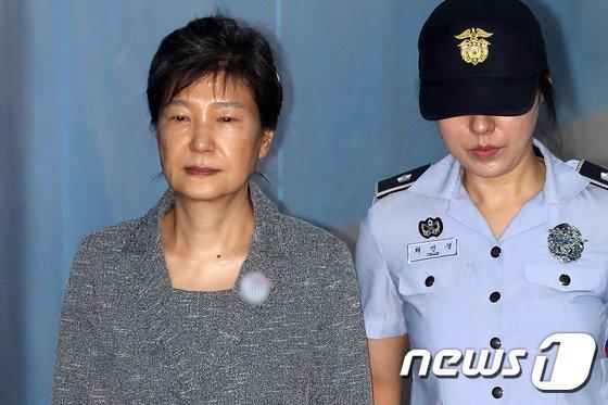 [사진]재판정 향하는 박근혜 전 대통령