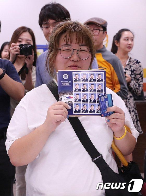 [사진]'문재인 대통령 기념우표 구입 했어요'