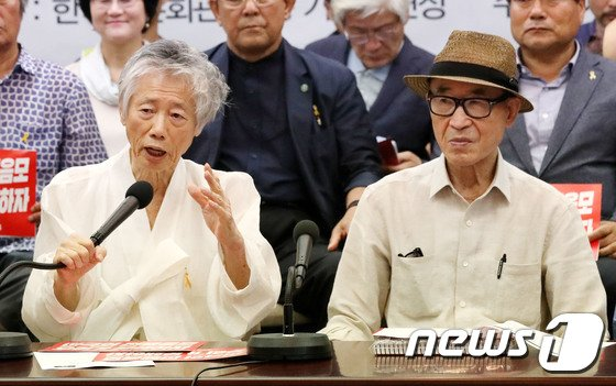 [사진]함께 기자회견 갖는 백기완 선생과 고은 시인