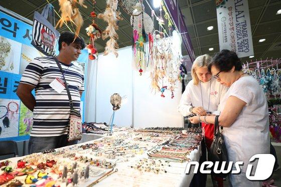 [사진]할랄문화 체험하는 관람객