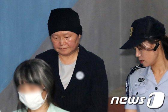 [사진]고개 숙인 김경숙