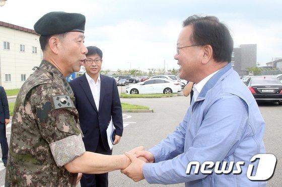 [사진]주한미군기지 이전 사업 관계자들 격려하는 김부겸 장관