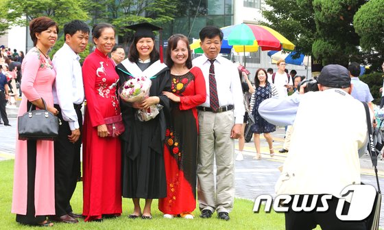 [사진]'가족과 함께하는 유학생의 졸업식'