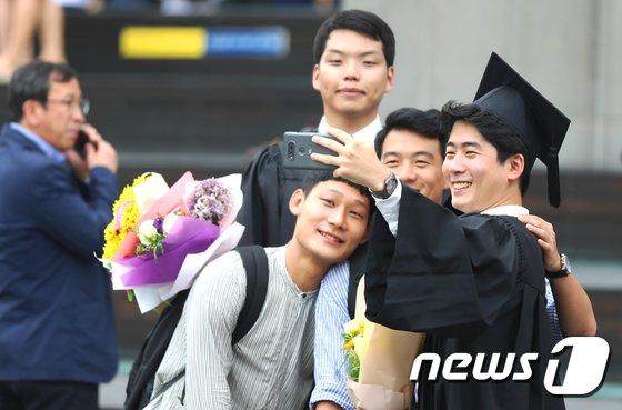 [사진]'친구들과 졸업 사진'