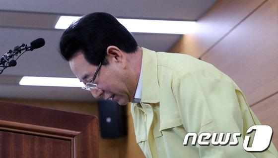 [사진]사과하는 김영록 장관 '살충제 계란, 죄송합니다'