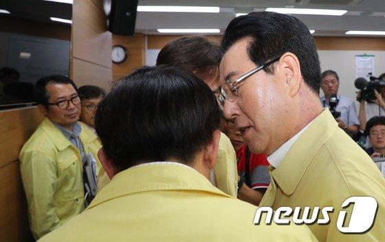 [사진]직원들과 대화나누는 김영록 장관
