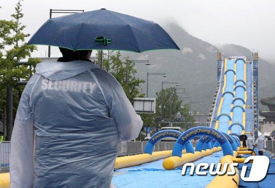 [사진]광화문 워터슬라이드, 우천 취소