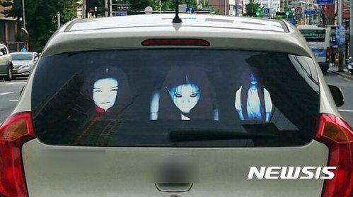 '상향등 복수 스티커'를 붙인 차량. /사진=부산경찰청 제공