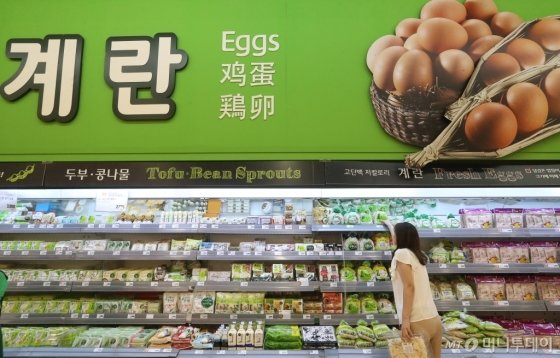 계란 대신 진열된 두부를 고르는 고객