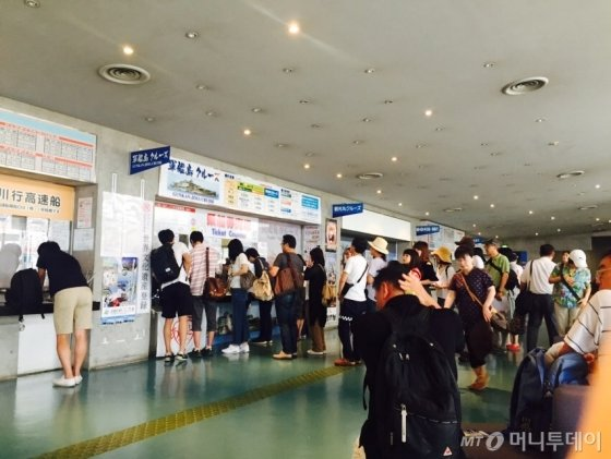 군함도행 티켓을 사기 위해 줄을 선 방문객들./사진=남궁민 기자