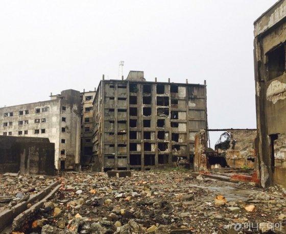 군함도에 있는 일본 최초의 고층 콘크리트 아파트./사진=남궁민 기자