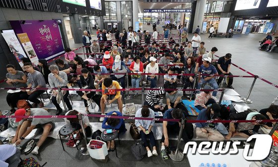 [사진]추석 열차표 예매 기다리는 시민들